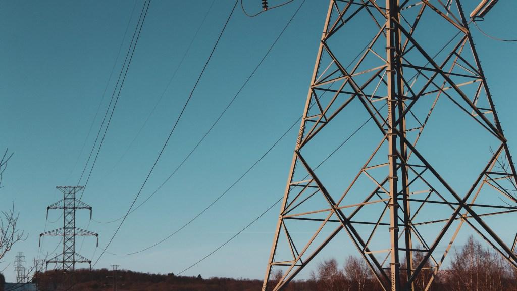 Publican en el Diario Oficial de la Federación la suspensión de la Ley Eléctrica - Torres de energía eléctrica. Foto de Sigmund / Unsplash