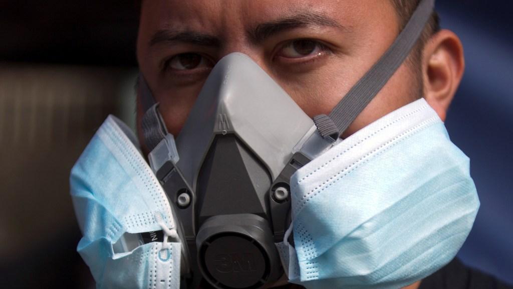 OPS advierte que continente americano aún no está 'fuera de peligro' por COVID-19 - Trabajador de la salud en Honduras usa cubrebocas quirúrgicos sobre los filtros de una máscara para mayor protección. Foto de EFE