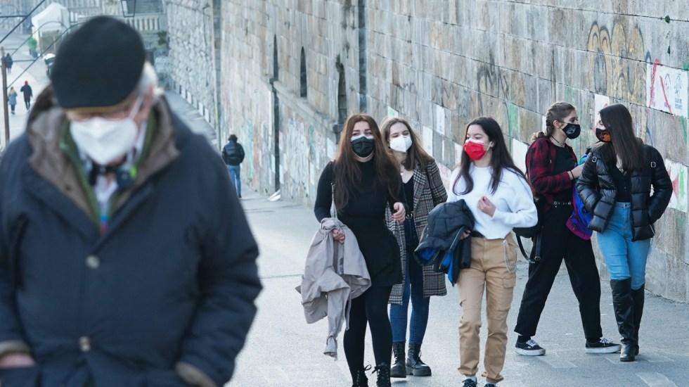 COVID-19 ha arrebatado una media de 16 años de vida a cada fallecido - Transeúntes en Italia durante pandemia de COVID-19. Foto de EFE