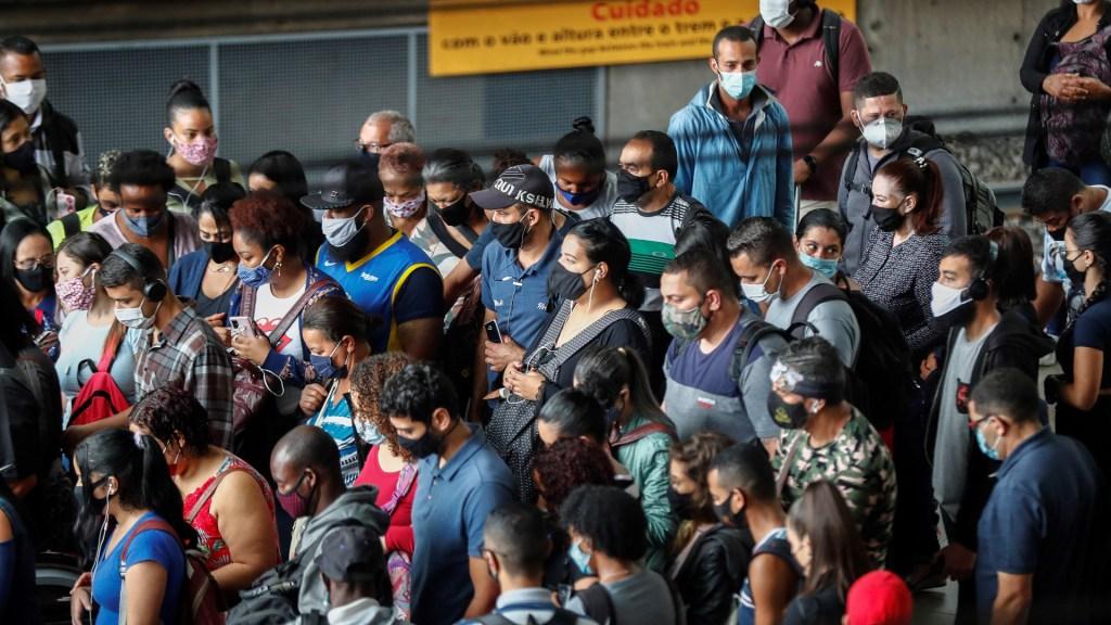 Brasil completa un año de pandemia con 250 mil muertes y 10 millones de casos - Usuarios del transporte público en Brasil durante pandemia de COVID-19. Foto de EFE