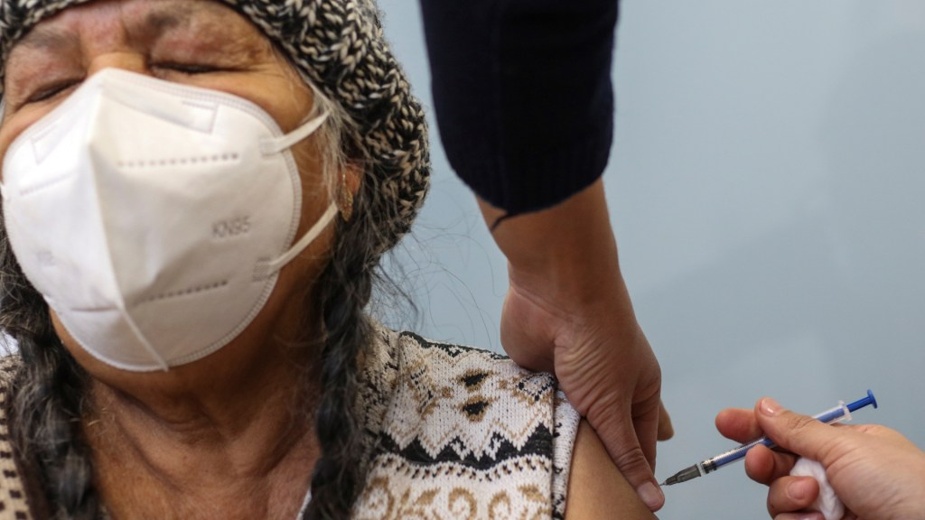 """""""Todavía no tenemos vacunas suficientes"""", reconoce el presidente López Obrador - Vacunación contra COVID-19 de adultos mayores en México. Foto de EFE"""