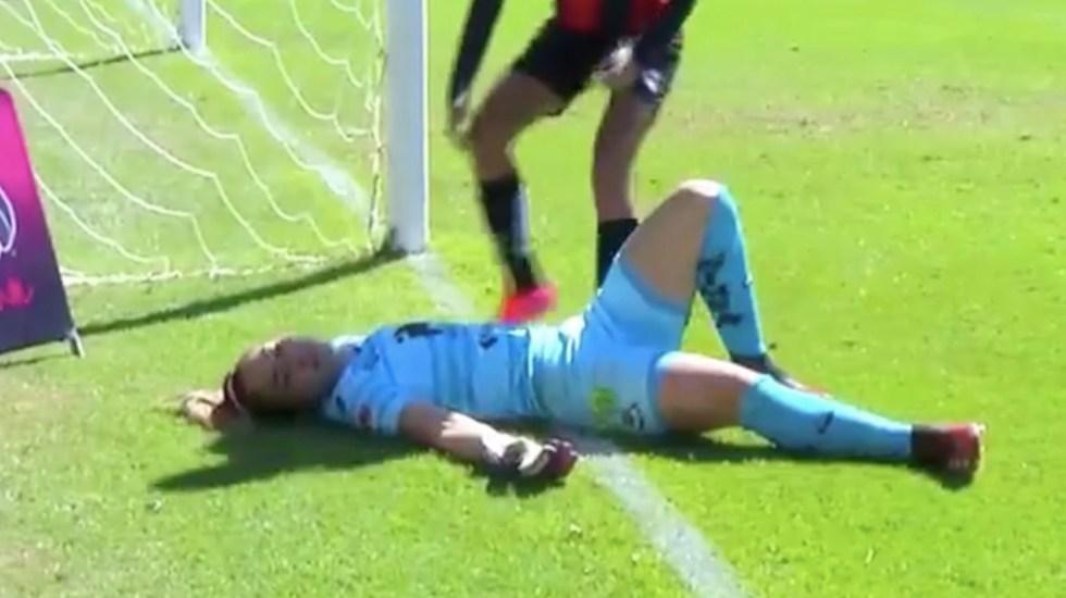#Video Portera de Santos choca con poste y queda inconsciente durante encuentro ante Atlas - Captura de pantalla