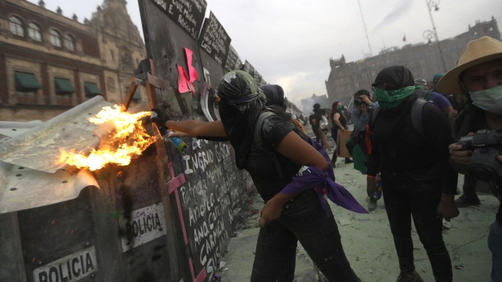 Presidencia defiende tras marcha colocación de valla metálica alrededor de Palacio Nacional - 8M Marcha Palacio Nacional Valla feminista manifestación 5