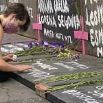 Feministas colocan flores en las vallas de Palacio Nacional - 8M Palacio Nacional Centro Histórico Ciudad de México