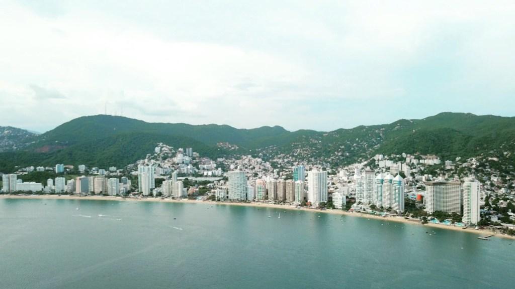 Se espera la llegada de 140 mil turistas a Acapulco por fin de semana largo; gobernador Astudillo ordena reforzar acciones de seguridad y contra COVID-19 - Foto de Alberto Bazan @goldenbro