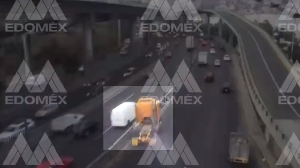 #Video Tráiler choca contra poste sobre la México-Querétaro e impacta auto - Accidente vial sobre la México-Querétaro. Foto de C5 Edomex