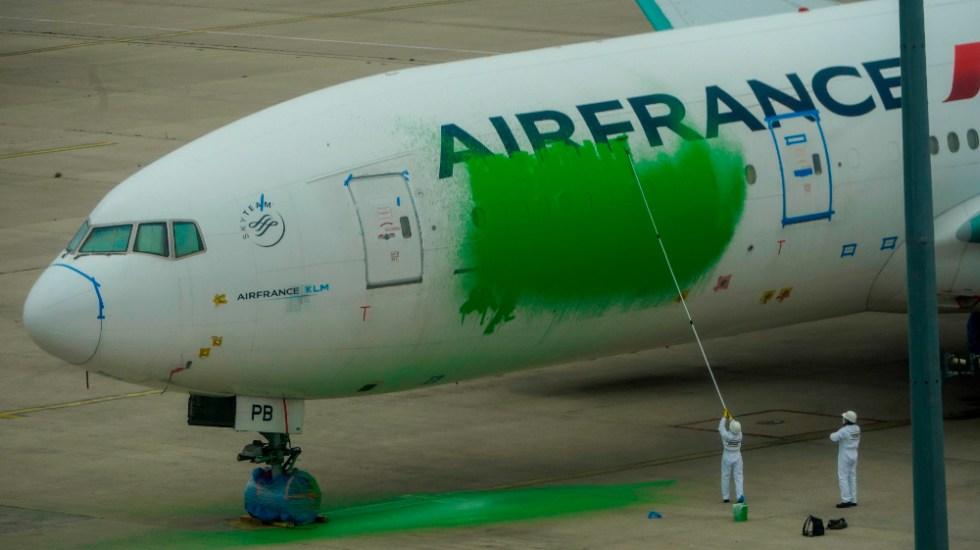 Greenpeace pinta de verde un avión de Air France para exigir menos vuelos - Foto de EFE
