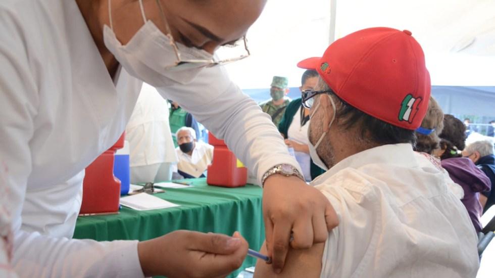 Suman nueve muertes durante campaña de vacunación en México; SSa descarta relación con inmunización - Aplicación de vacuna contra coronavirus en CDMX. Foto de @GobCDMX