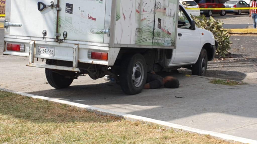 #Video Víctima atropella a jóvenes que lo asaltaron en Guadalajara; delincuentes están graves - Asaltante atropellado en Guadalajara. Foto de @JCMunguiaA92