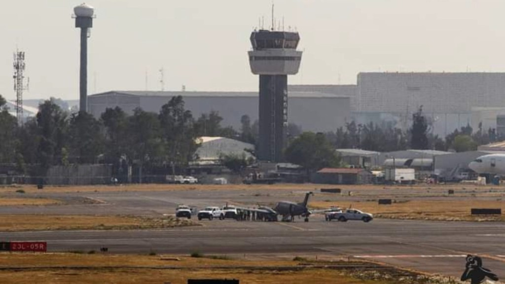 Revientan neumáticos de avión de la Fuerza Aérea Mexicana en el AICM en aterrizaje - Foto de CondorRelámpago