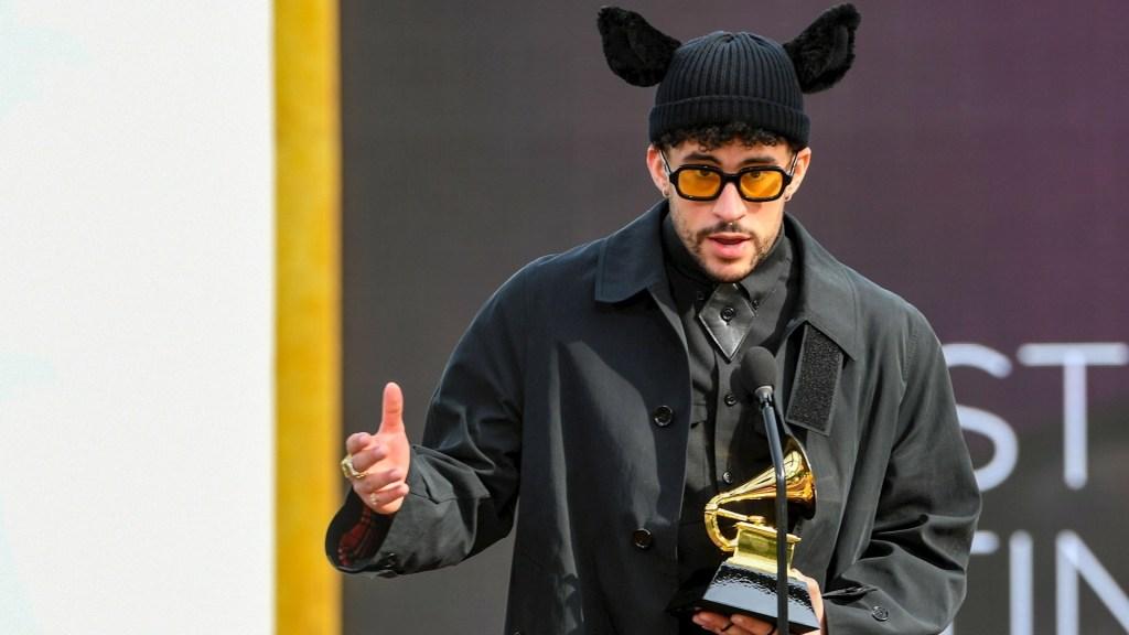 Bad Bunny se lleva el primer Grammy de su carrera con el disco 'YHLQMDLG' - Fotografía facilitada este domingo por The Recording Academy en la que se registró al cantante puertorriqueño Bad Bunny al posar con el Grammy al Mejor Álbum Latino o Urbano, por 'YHLQMDLG'. Foto de EFE/Kevin Winter/The Recording Academy