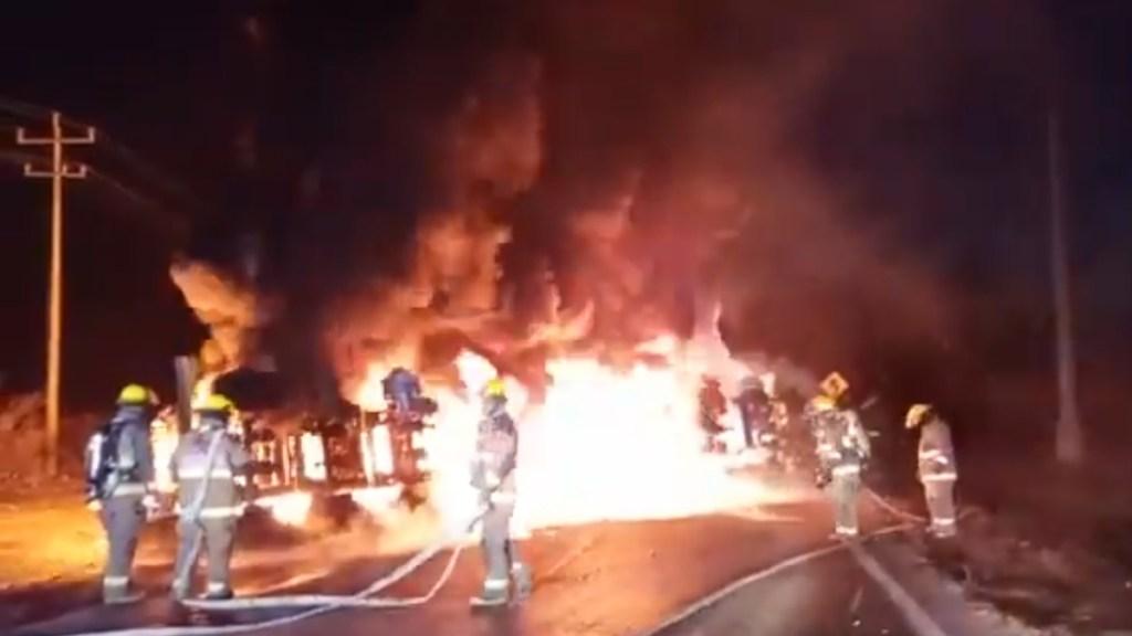 Choque entre pipa y camión en Nuevo León deja 12 muertos - Bomberos de NL en atención de choque entre pipa y transporte público. Captura de pantalla