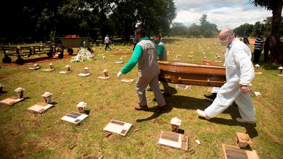 Brasil suma más de dos mil 400 muertes por COVID-19 por quinto día consecutivo - Trabajadores cargan un féretro con una víctima mortal de COVID-19 rumbo a su entierro en el cementerio Campo da Esperança, en Brasilia (Brasil). Foto de EFE