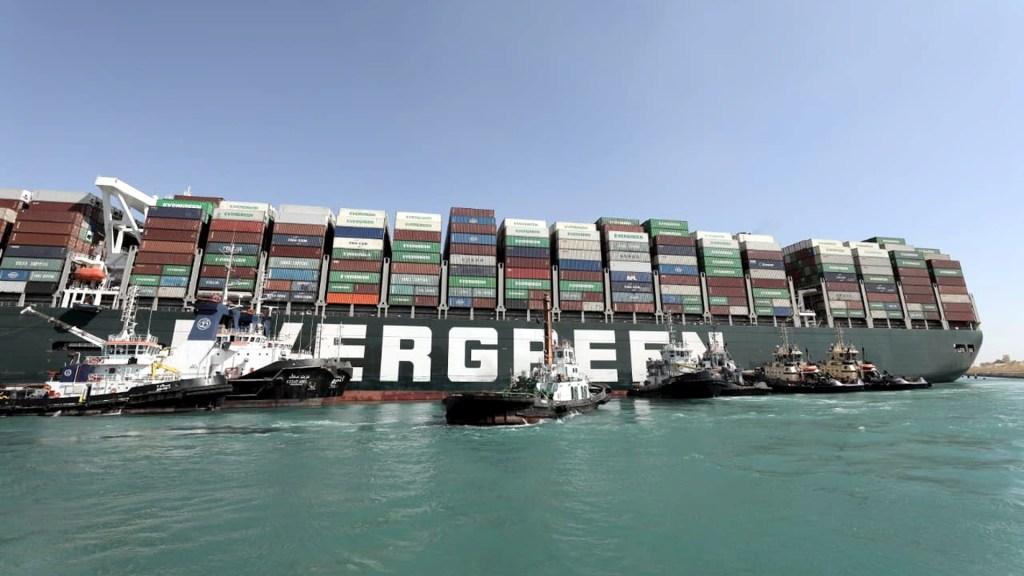 Continúan sin éxito trabajos para desencallar el buque Ever Given y liberar el canal de Suez - Buque Canal de Suez Egipto bloqueo encallado