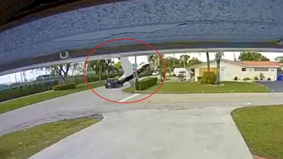#Video Avión pequeño cae en picada e impacta auto en Florida; hay tres muertos - Choque de avión pequeño contra auto en Florida. Captura de pantalla