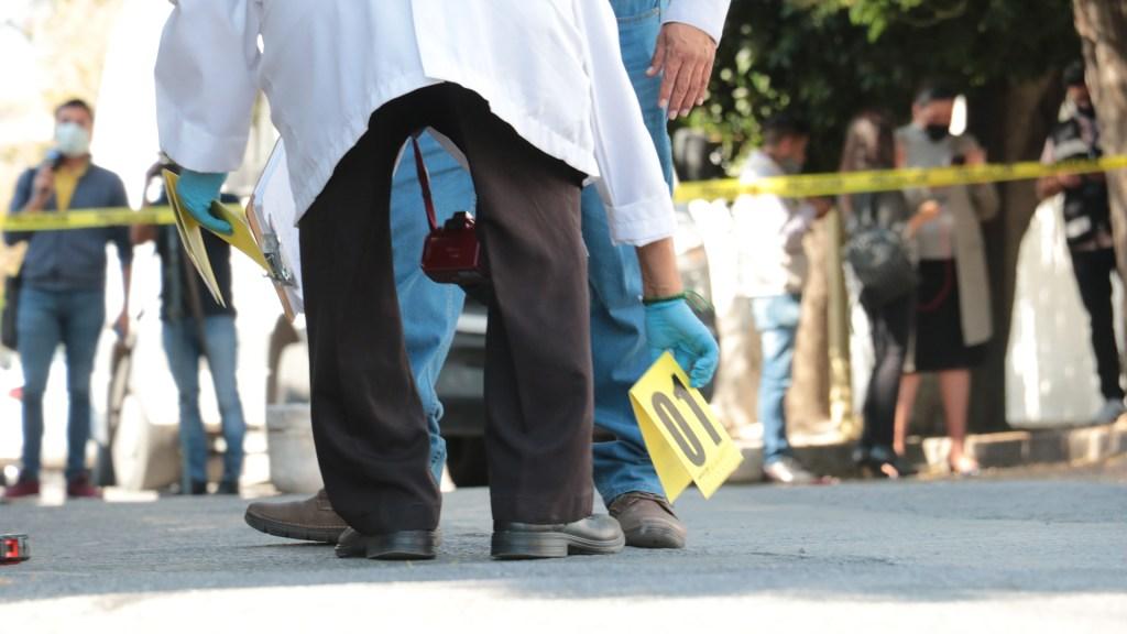 Suman 80 mil 433 homicidios dolosos en lo que va del sexenio - Contabilización de casquillos en escena del crimen en SLP. Foto de EFE