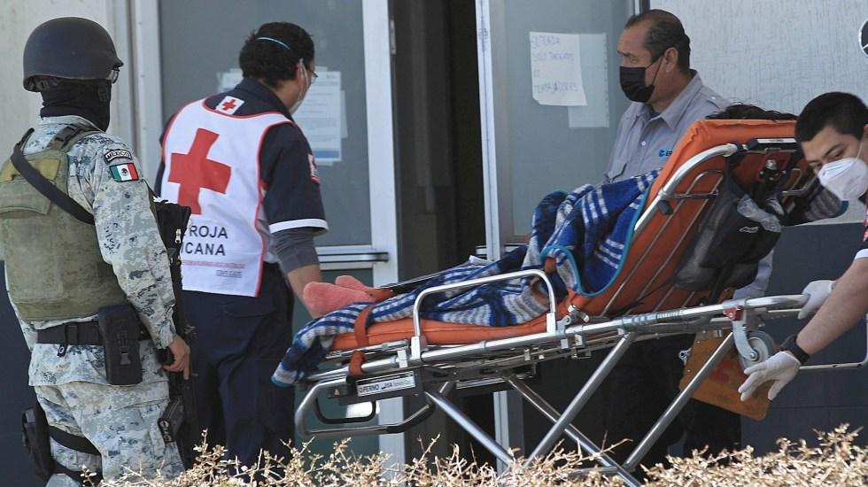 México registró en las últimas 24 horas 2 mil 604 casos y 176 muertes por COVID-19 - Paramédicos de la Cruz Roja, ingresan a un enfermo con síntomas de Covid-19 al Hospital General en Ciudad Juárez. estado de Chihuahua. Foto de EFE