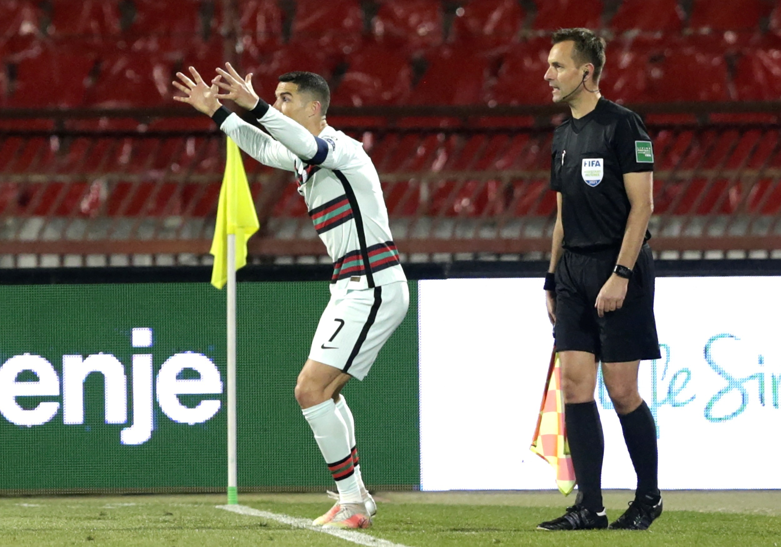 Cristiano Ronaldo protestando por la anulación del gol en la recta final del Serbia-Portugal. Foto de EFE/EPA/Andrej Cukic.