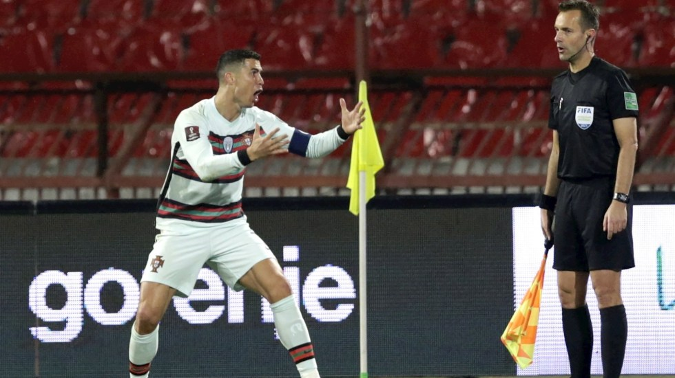 #Video Cristiano Ronaldo tira el brazalete y estalla tras gol anulado - Cristiano Ronaldo protestando por la anulación del gol en la recta final del Serbia-Portugal. Foto de EFE/EPA/Andrej Cukic.