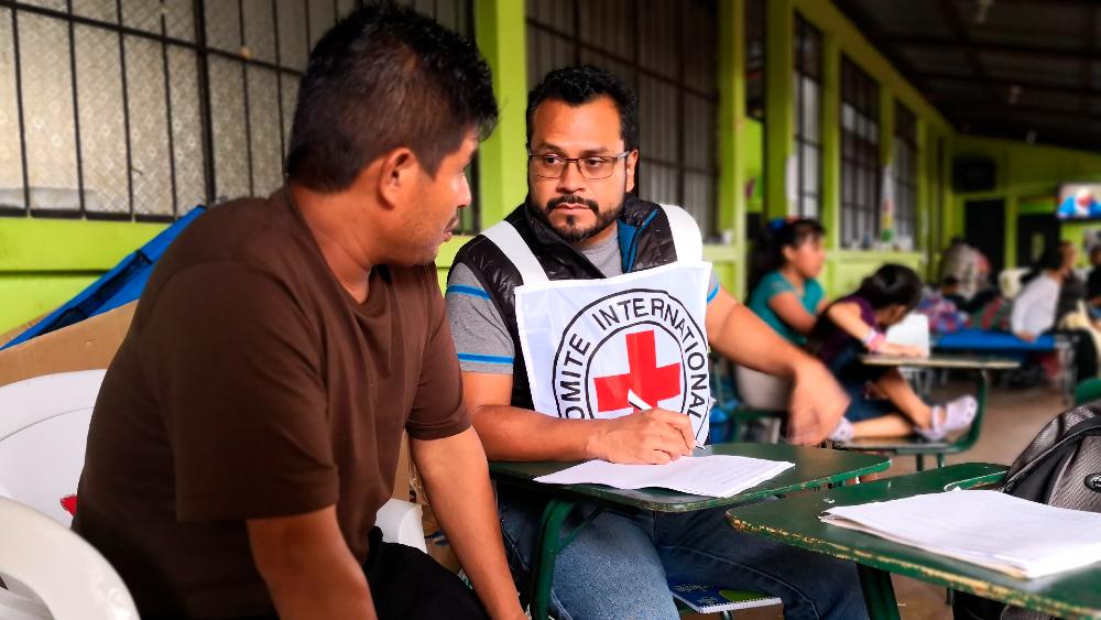 México combate dos pandemias: COVID-19 y violencia - Miembros de la Cruz Roja apoyan a personas en comunidades con emergencias sanitarias y de violencia en Ciudad de México. Foto de EFE