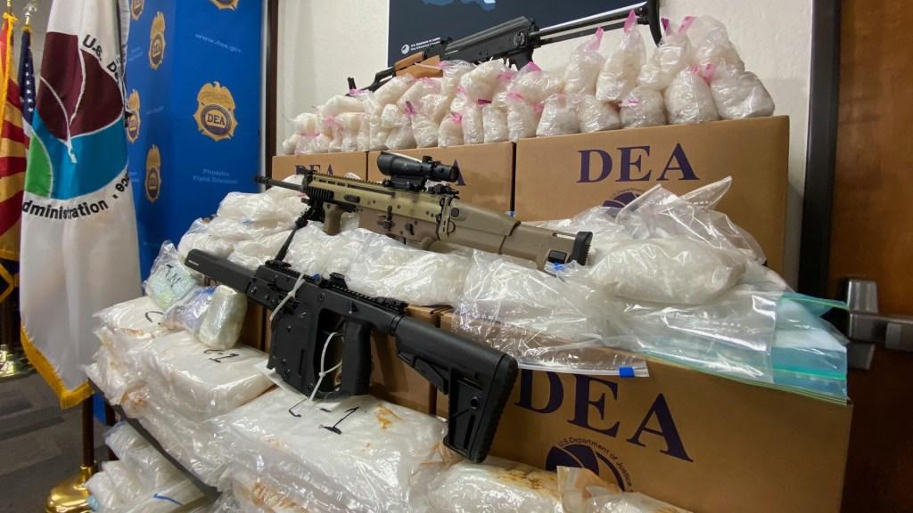 Pandemia no afectó al narcotráfico; fue el 'pretexto perfecto' de cárteles mexicanos para inflar precios de las drogas, asegura la DEA - Decomiso de drogas y armas en EE.UU. por parte de la DEA. Foto de @DEAHQ