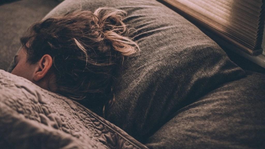 No dormir tiene consecuencias directas en la productividad de empresas - Una persona durmiendo. Foto de Gregory Pappas/Unsplash (Archivo)