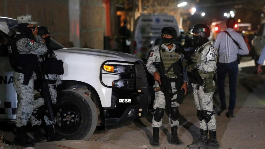Suman 77 mil 253 homicidios dolosos en lo que va del sexenio - Elementos de la Guardia Nacional resguardan escena del crimen en Tonalá, Jalisco. Foto de EFE