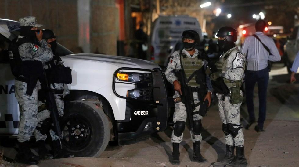 Suman 100 mil 205 homicidios dolosos en lo que va del sexenio - Elementos de la Guardia Nacional resguardan escena del crimen en Tonalá, Jalisco. Foto de EFE