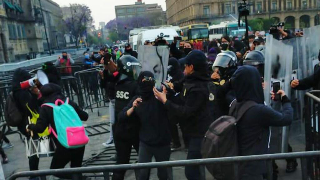 #Video Chocan feministas y policías afuera de Palacio Nacional; protestan contra posible candidatura de Salgado Macedonio - Enfrentamiento entre feministas y policías frente a Palacio Nacional. Foto de @vialhermes