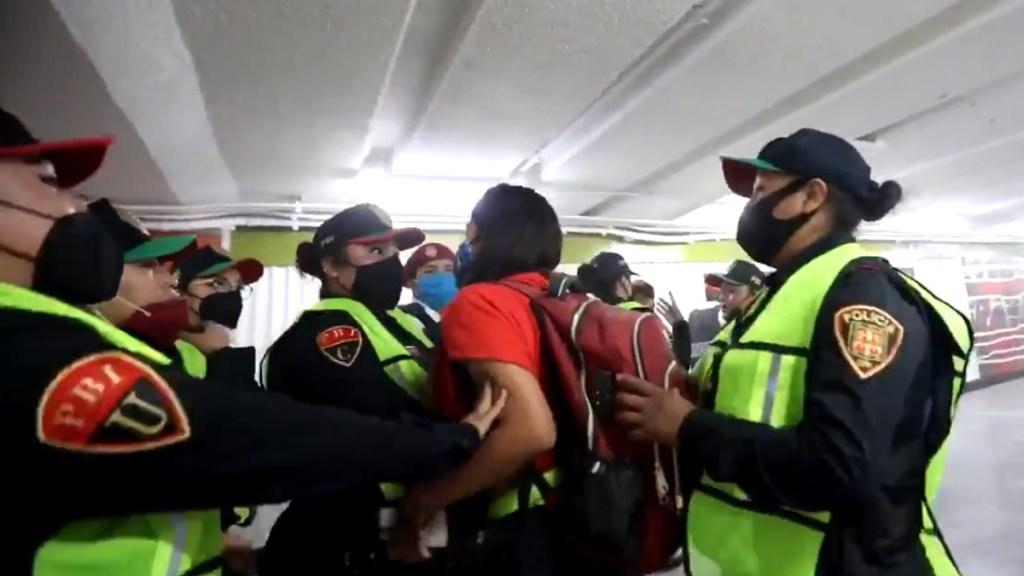 Cesan a jefe de la Policía Bancaria e Industrial con denuncias por presunto abuso sexual - Enfrentamiento entre policías y periodistas en Metro Hidalgo. Captura de pantalla / @SashenkaMiss
