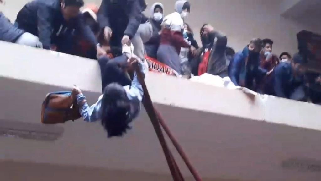 #Video Se rompe barandal de universidad en Bolivia; caen estudiantes y mueren cinco - Estudiante a punto de caer tras romperse barandal de UPEA. Captura de pantalla