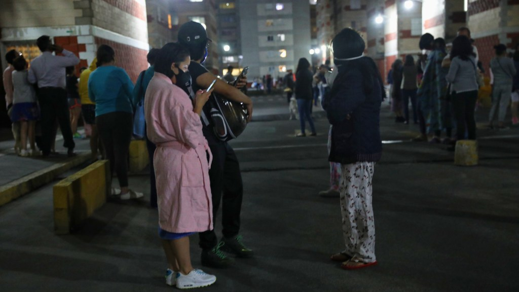 Suman 44 réplicas del sismo magnitud 5.7 del 19 de marzo - Habitantes de la Ciudad de México que evacuaron sus casas la noche del 19 de marzo de 2021, ante el temblor con epicentro en Guerrero. Foto de EFE