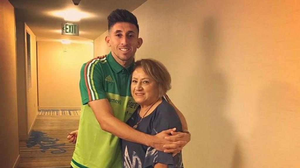 Murió por COVID-19 la madre del futbolista Héctor Herrera - Héctor Herrera con su mamá. Foto de @h.herrera16