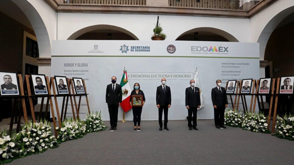 Rinden homenaje a policías de Edomex asesinados en emboscada - Homenaje a policías asesinados en emboscada en Edomex. Foto de @alfredodelmazo