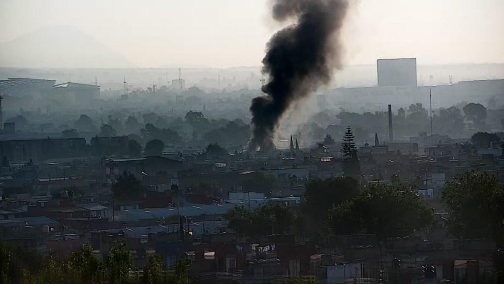 #Video Incendio consume bodega en Puebla; columna de humo es visible a kilómetros - Incendio de bodega en Puebla, Puebla. Foto de @PCPueblaCapital