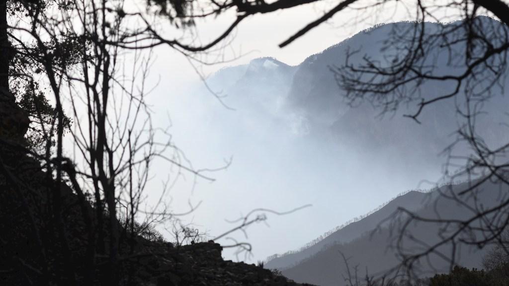 Carne asada en cabaña habría desatado incendio en Sierra de Arteaga - Foto de EFE/Ramón Cruz