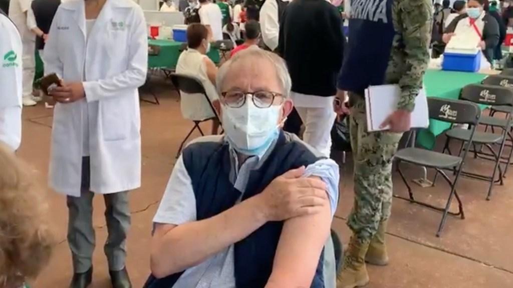 #Video Jorge Alcocer, secretario de Salud, recibe vacuna contra el COVID-19 en el Estadio Olímpico - Jorge Alcocer recibe la primera dosis de vacuna contra el COVID-19. Foto tomada de video