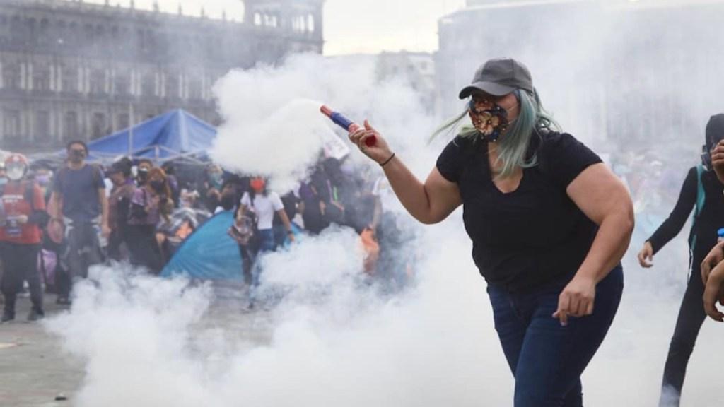 'La Reinota', la joven que devolvió una bomba de humo a policías durante la marcha del 8M - Foto de @aguamieel