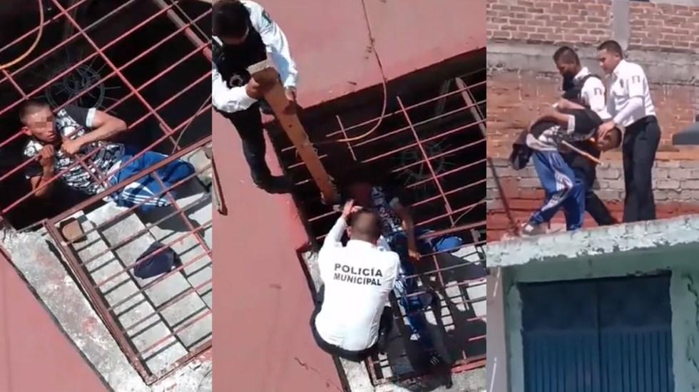 #Video Ladrón queda atorado al intentar robar una casa; policías lo rescatan - Ladrón atorado en casa que intentó robar en Michoacán. Captura de pantalla