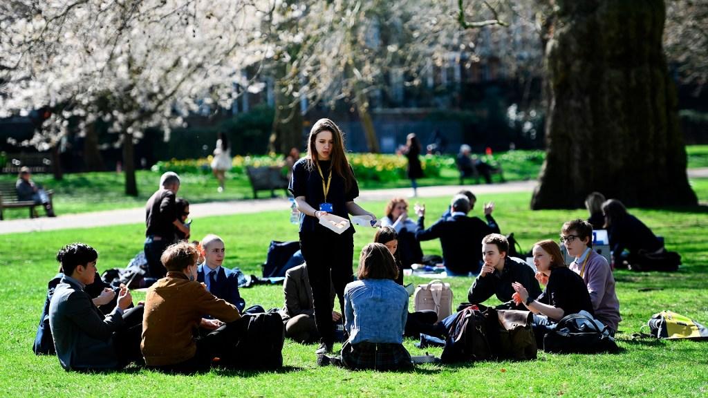 Inglaterra empieza a relajar las restricciones por COVID-19 tras un largo confinamiento - Las reuniones sociales al aire libre ya se permiten en Inglaterra al relajar el Gobierno británico las restricciones por COVID-19. Foto de EFE