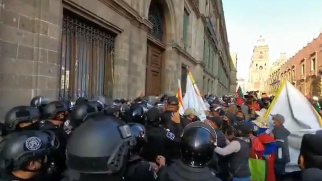 #Video Comerciantes indígenas intentan irrumpir en Palacio Nacional - Manifestación de comerciantes indígenas a las puertas de Palacio Nacional. Captura de pantalla