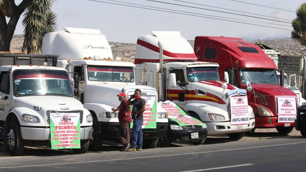 Transportistas se manifiestan en carreteras de todo el país contra inseguridad y extorsiones - Manifestación de transportistas de la Amotac sobre la México-Pachuca. Foto de Edén Torres