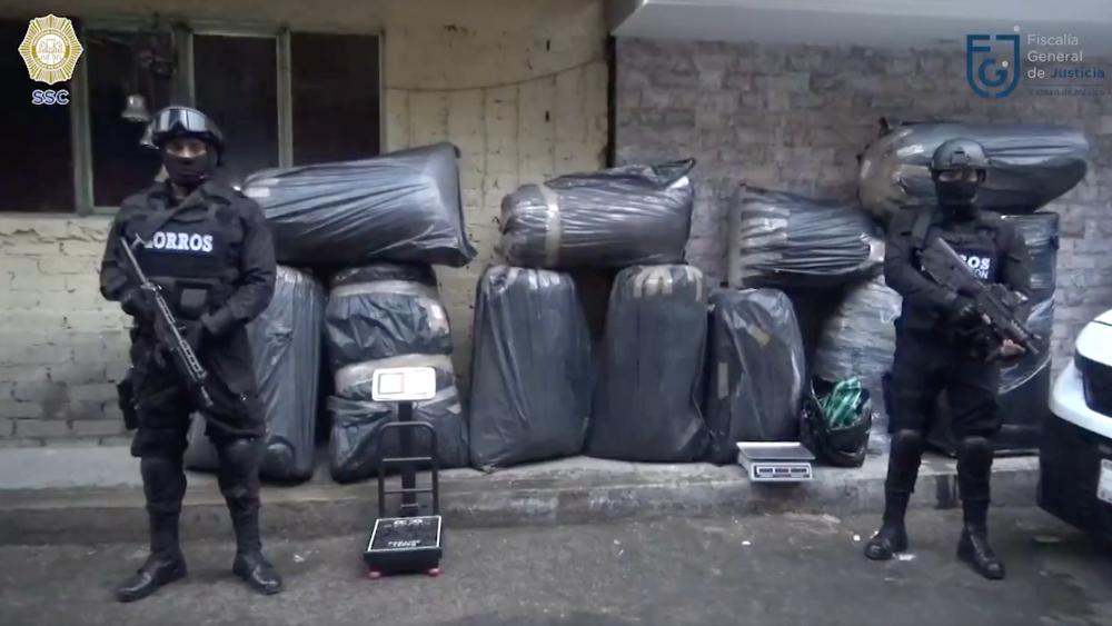 Aseguran más de media tonelada de mariguana en Iztapalapa - Elementos de la Policía capitalina realizaron un cateo en un domicilio de la calle Cerrada 15 de Septiembre, en Iztapalapa. Foto de SSC CDMX