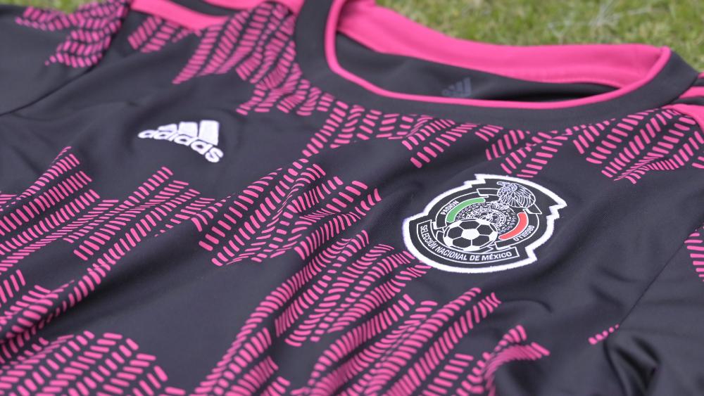 Selección Mexicana de Futbol presenta nueva playera en negro y vivos rosas - Foto de @miseleccionmx