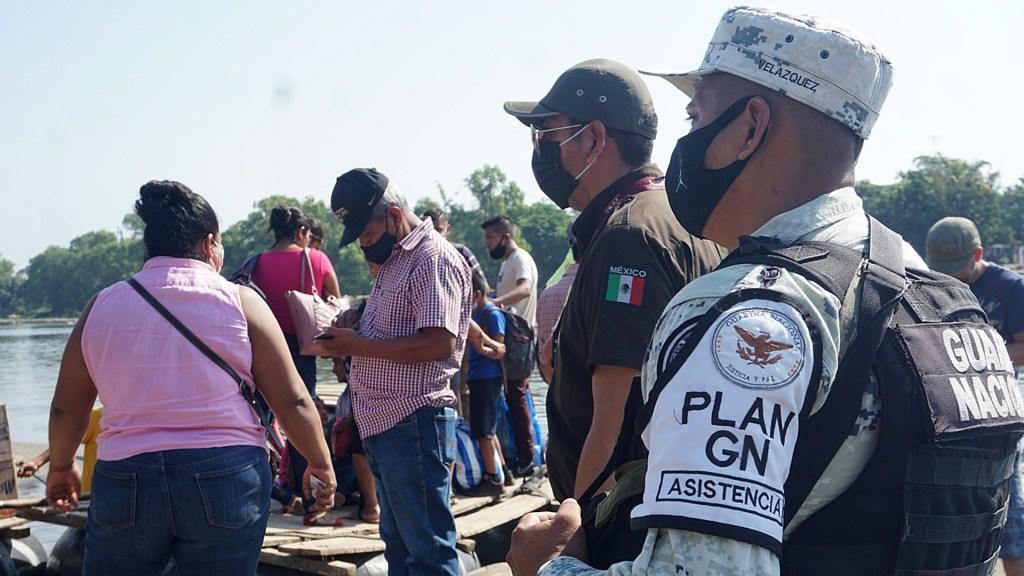 Se mantiene crisis de derechos humanos en México, critica Amnistía Internacional - Miembros de la Guardia Nacional y del Instituto Nacional de Migración vigilan el paso de personas en el Río Suchiate, en la ciudad de Tapachula, Chiapas. Foto de EFE