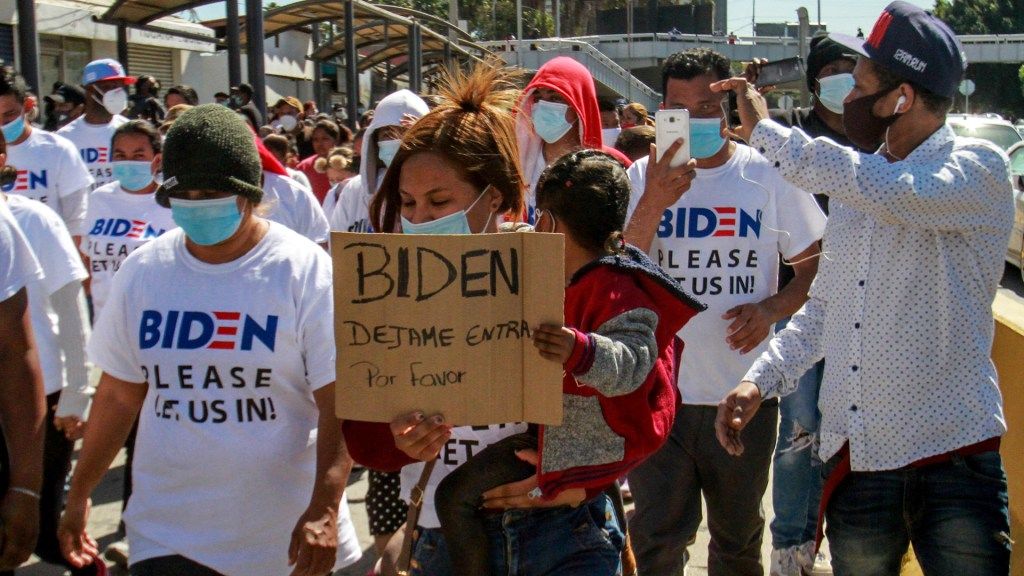 Asesores de Biden visitan frontera con México ante auge migratorio - Migrantes piden al presidente Biden que lo deje ingresar a EE.UU. Foto de EFE