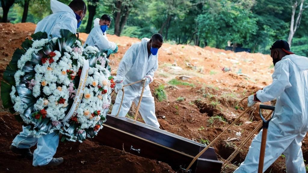 Brasil registra más de 2 mil 200 muertes por COVID-19 por tercer día consecutivo - Foto de EFE