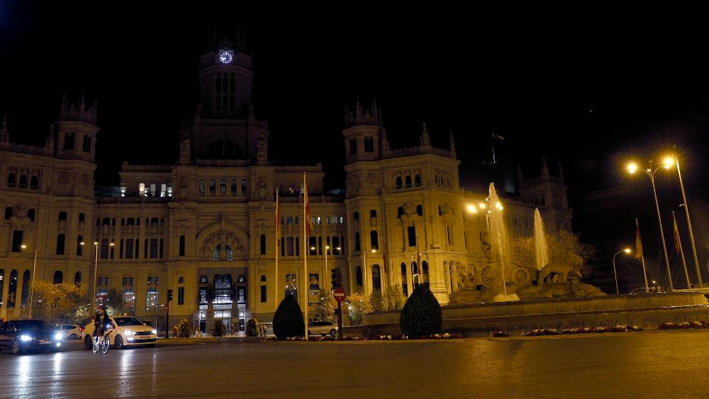 Las ciudades del mundo se unen al apagón global contra el cambio climático - Imagen del palacio y la fuente de Cibeles en Madrid con su iluminación apagada hoy sábado durante 60 minutos, sumándose al movimiento global