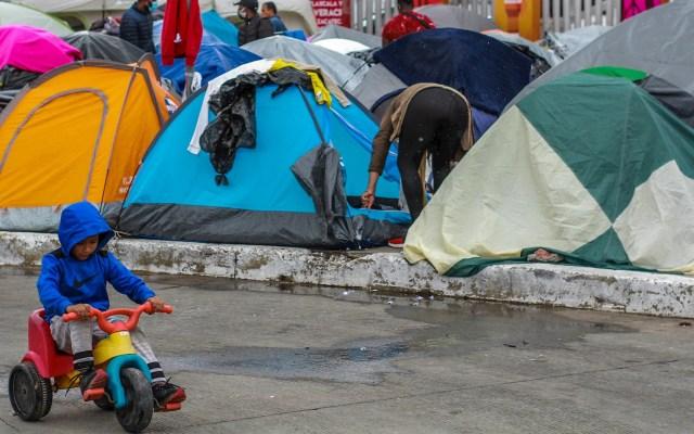 CNDH advierte peligros para migrantes que habitan campamento en Tijuana - Campamento de migrantes instalado en las inmediaciones del puerto fronterizo del Chaparral, en Tijuana, Baja California Sur (México). Foto de EFE/Joebeth Terríquez