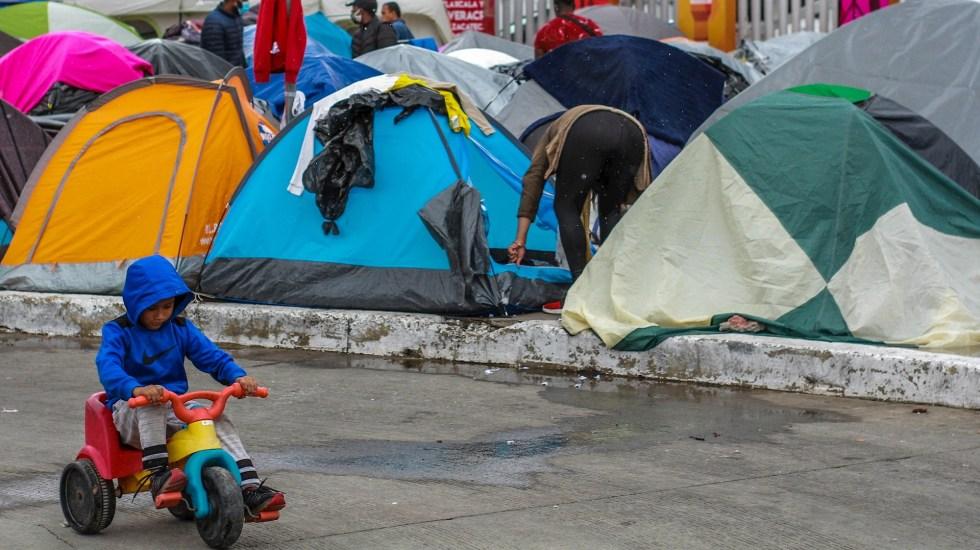 Niños en campamento migrante de Tijuana padecen enfermedades respiratorias por frío - Campamento de migrantes instalado en las inmediaciones del puerto fronterizo del Chaparral, en Tijuana, Baja California Sur (México). Foto de EFE/Joebeth Terríquez
